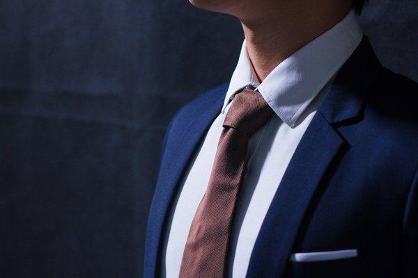 Cà vạt sẫm màu đơn giản nhưng sang trọng
