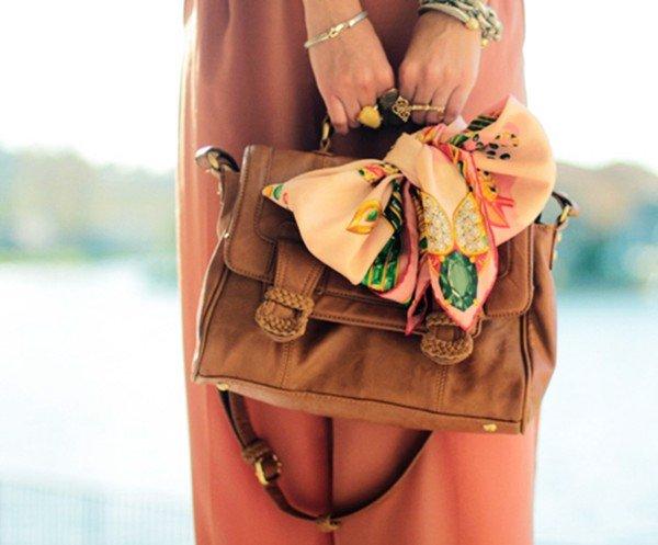 Cách biến tấu khăn quàng cổ thành điểm nhấn cho túi xách
