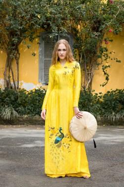 Cô gái ngoại quốc trong tà áo dài Hà Đông